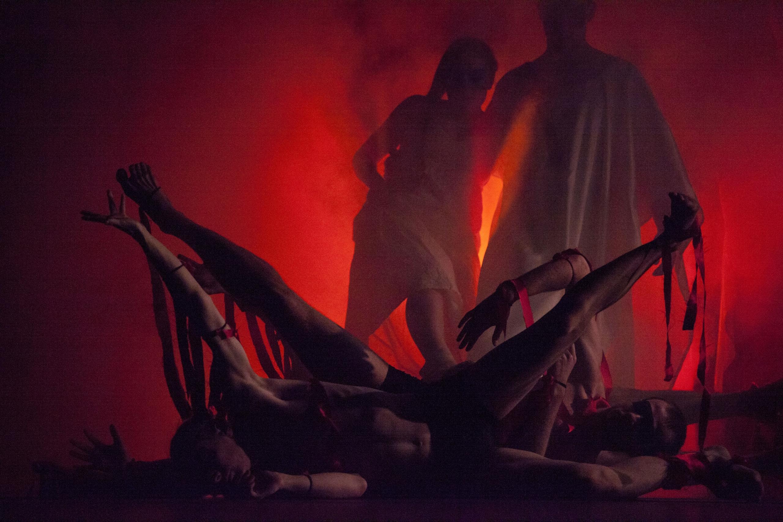 Tamino (Erik Bomers) en Pamina (Paula Stemkens) door vuur.
